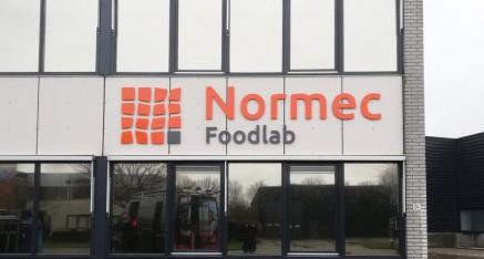 Normec, kunststof logo op afstandhouders