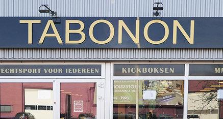 Tabobon, gevelsigning met freesletters